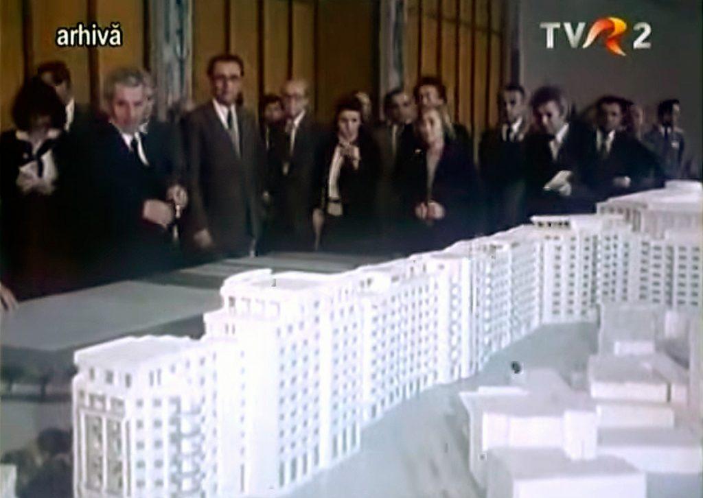 Nicolae y Elena Ceausescu con la maqueta y arquitectos del Bulevar de la Victoria de Socialismo en Bucarest