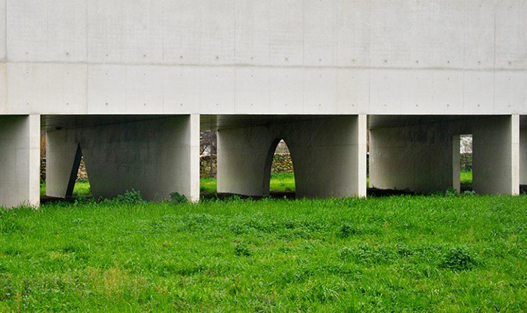 """Los """"bajos fondos"""" del Museo de Arte Contemporáneo Nadir Afonso obra de Álvaro Siza en Chaves, Portugal."""