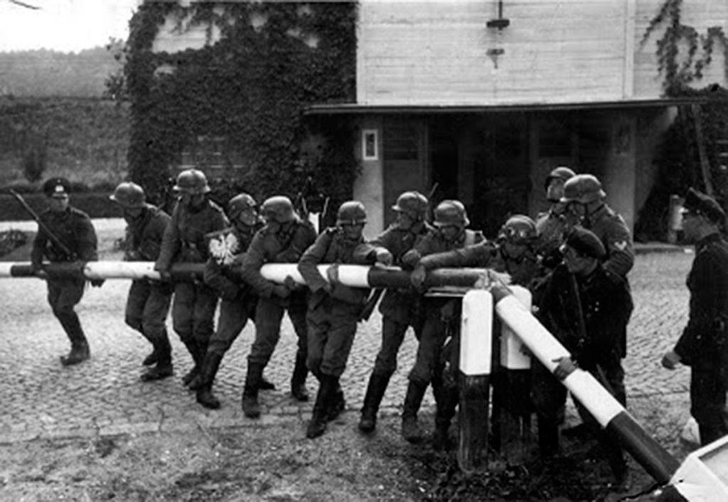 1 septiembre de 1939 Soldados alemanes rompen la barrera en la frontera con Polonia e invaden el país. EFE