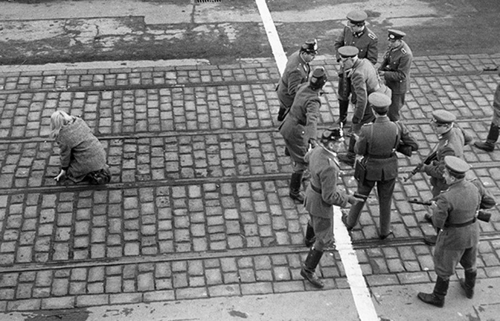 Policías de Berlín Occidental y Alemania Oriental se enfrentan entre sí a través de la frontera en Berlín, en una imagen del año 1955 (Three LionsHulton ArchiveGetty Images)