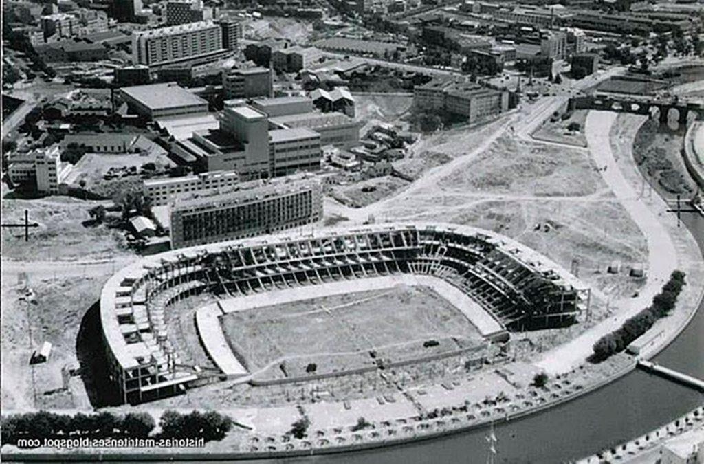 A finales de noviembre de 1958 el Ayuntamiento aprobó el proyecto de construcción del estadio en los terrenos denominados Canalización del Manzanares. Fuente: http://historias-matritenses.blogspot.com/2014/05/estadio-vicente-calderon-o-manzanares.html