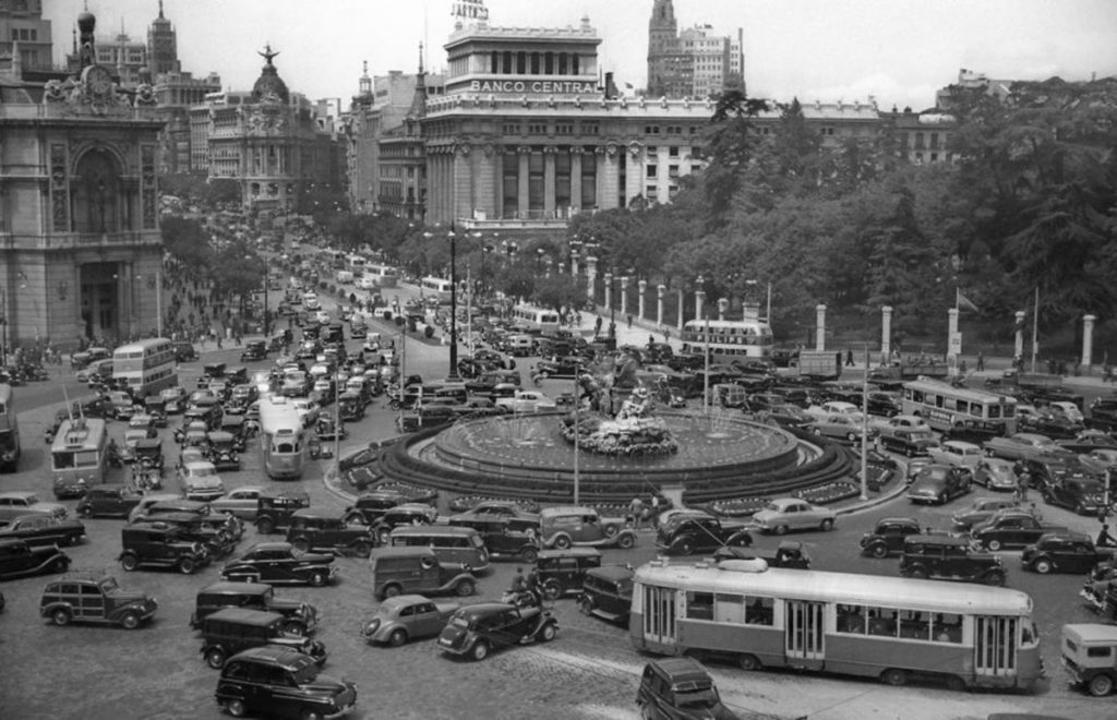 Coches, trolebuses, buses de uno y dos pisos… La Cibeles nunca está sola. Hacia 1955. Fuente: elpais.com