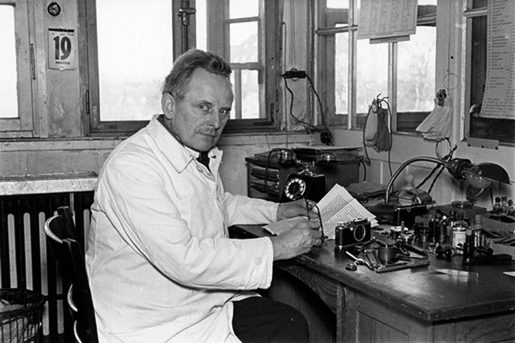 Oskar Barnack trabajando en su taller en 1935