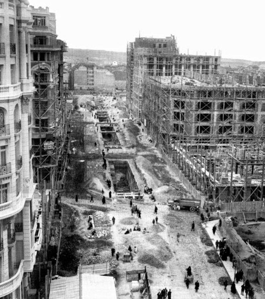 El segundo tramo, El Bulevar, entre la Red de San Luis y Callao, se realizó en los siguientes cuatro años, entre 1917 y 1922, aunque la entrega definitiva de obras fue el 20 de agosto de 1927. Se denominó avenida de Pi y Margall, en recuerdo del que fuera presidente de la Primera República Española.