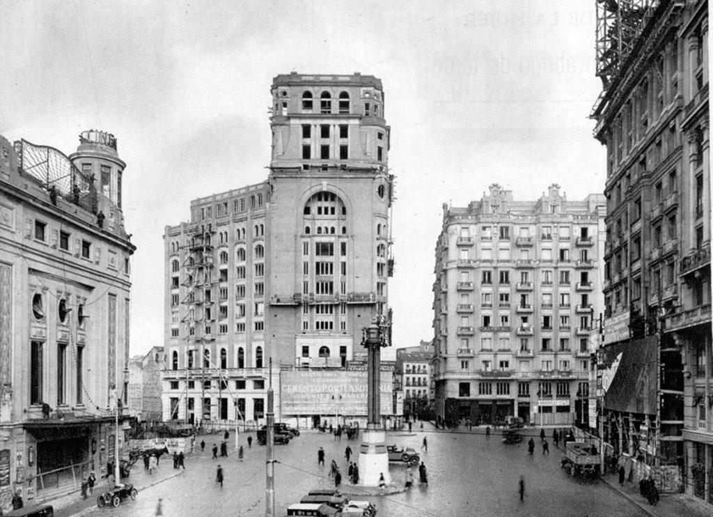 La plaza del Callao y el edificio del Palacio de la Prensa en construcción | Fuente: http://www.memoriademadrid.es/buscador.php?accion=VerFicha&id=19514&num_id=13&num_total=17
