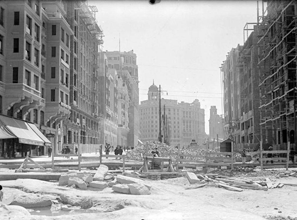 Memoria de Madrid. Construcción del tercer tramo de gran vía en 1929 y en la actualidad| Fuente: elpais.com