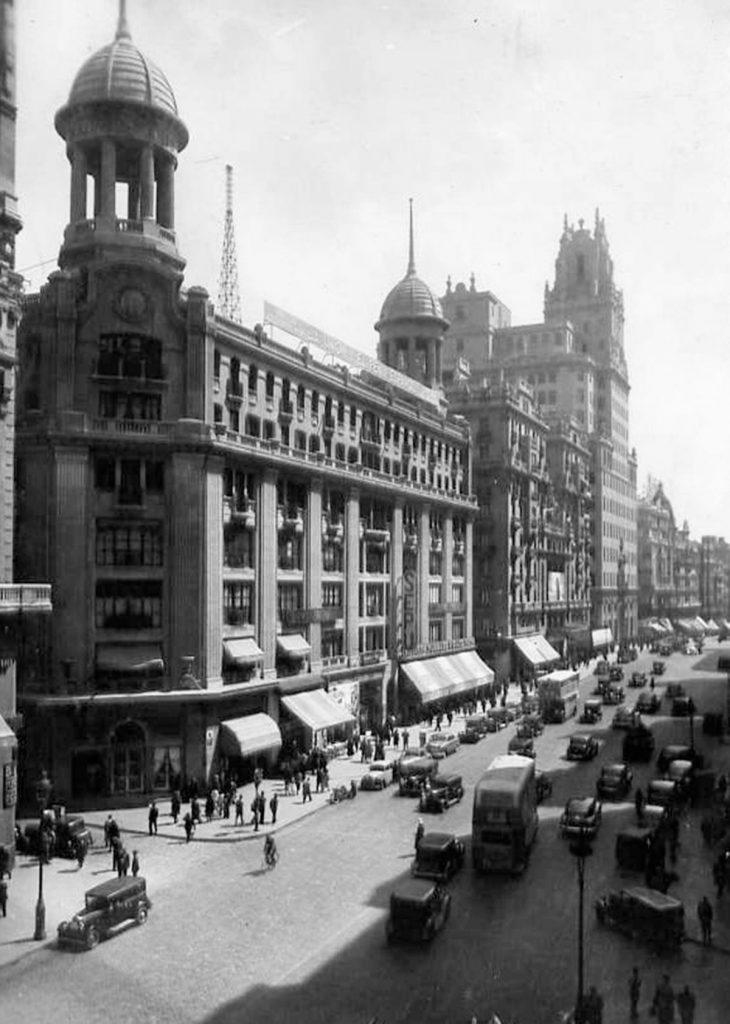 La Sociedad Madrid-París (fundada en 1920) construyó el inmueble con capital francés y español, convirtiéndolo en poco tiempo en un referente de las compras capitalinas.