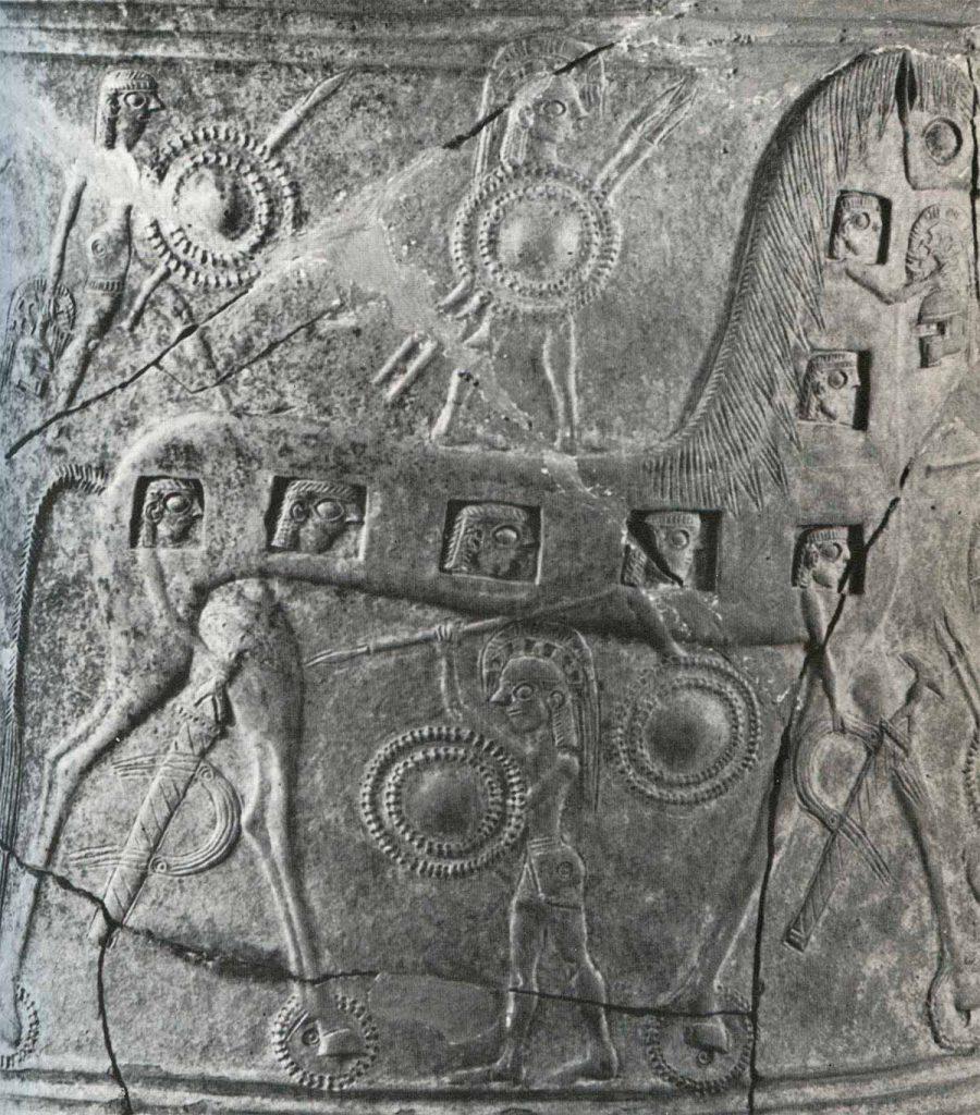 l Caballo de Troya rodeado por guerreros troyanos, con los griegos disimulados en su interior, en una ánfora funeraria del siglo VII a.C. (.)