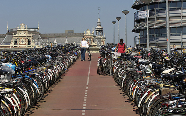 Aparcamiento de Bicis en Amsterdam | Fuente: https://otracordobaesposible.wordpress.com/category/ciclismo-competicion/