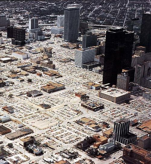 La Ciudad Dónut de Houston, cuyo downtown fue abandonado, en los años 60 | Fuente: http://theoverheadwire.blogspot.com/2010/02/parking-bombs.html