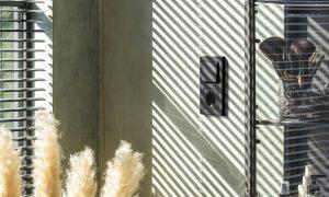 Dos nuevos acabados, blanco alpino mate y negro mate, realzan la inconfundible versatilidad de los mecanismos eléctricos de JUNG