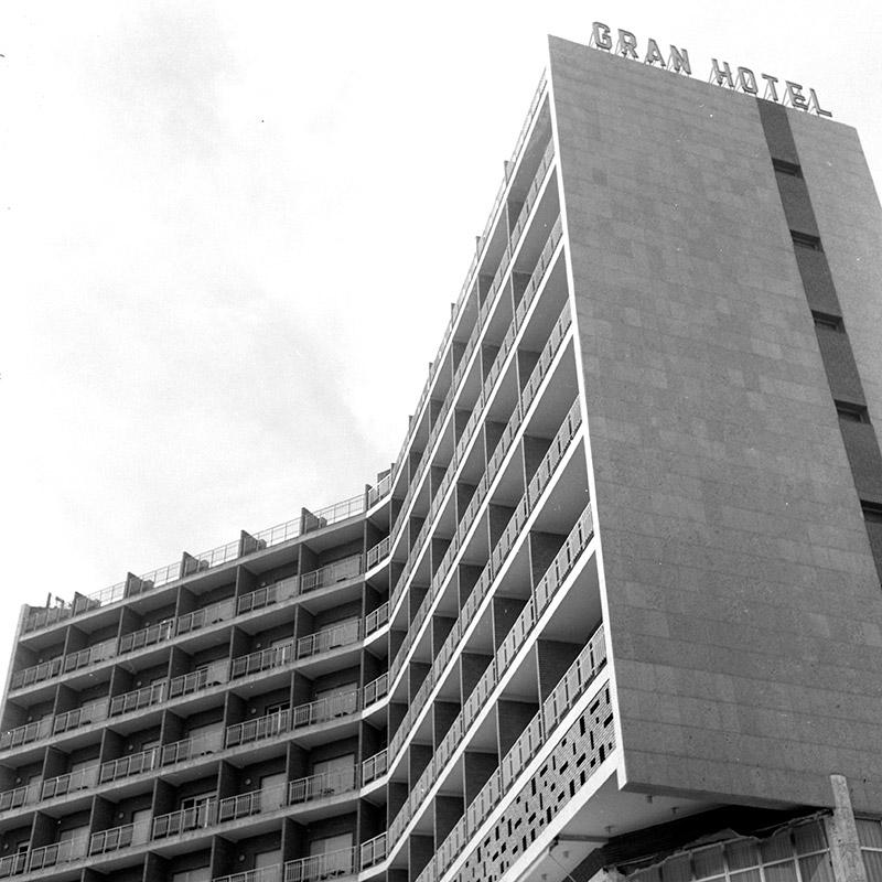 VAD04 Los secundarios El Gran Hotel Almería de Fernando Cassinello hito urbano y atalaya al Mediterráneo, 1968 Miguel Centellas Soler  José Francisco García-Sánchez