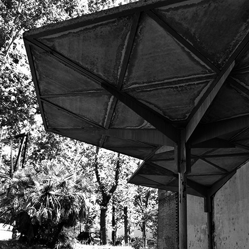 Fotografía del estado de abandono y deterioro del pabellón español reubicado en el recinto ferial de Madrid. Visita no autorizada, captura realizada por el autor en junio de 2014.